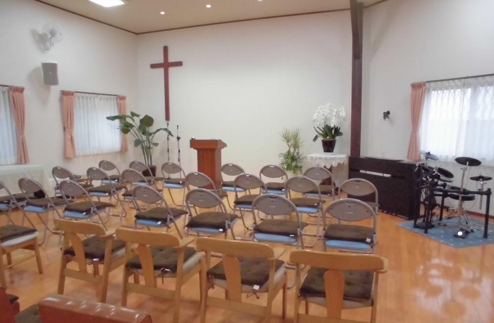 礼拝用のいすが並んでいます